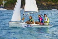 Caraïbische pret - jonge meisjes in een varende boot Royalty-vrije Stock Foto's