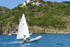Caraïbische pret - vrouw die een boot varen Stock Foto's