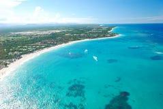 Caraïbische strand luchtmening Stock Afbeeldingen