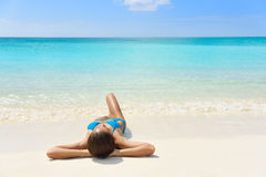 Caraïbische strandvakantie - de vrouw van de bruine kleurontspanning stock afbeelding