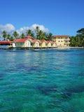 Caraïbische toevlucht met cabines over het overzees stock foto's