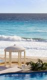 Caraïbische Toevlucht met Oceaan, Pool en Gazebo royalty-vrije stock afbeeldingen