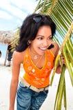 Caraïbische vrouw die onder de palm zonnebaadt stock fotografie
