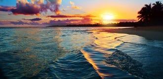 Caraïbische zonsondergang op tropisch strand Hemelzonsondergang royalty-vrije stock afbeelding