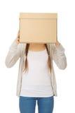 Cara adolescente de la cubierta de la mujer con una caja Foto de archivo libre de regalías