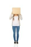 Cara adolescente de la cubierta de la mujer con una caja Imágenes de archivo libres de regalías