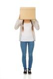 Cara adolescente de la cubierta de la mujer con una caja Fotografía de archivo
