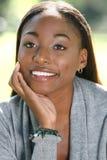 Cara africana de la mujer: Sonrisa y feliz Imágenes de archivo libres de regalías