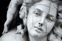 Cara agrietada de la escultura griega femenina Fotos de archivo libres de regalías
