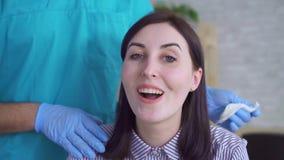 Cara alegre de uma mulher atrativa nova após a cirurgia plástica filme