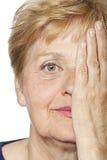 Cara arrugada vieja de la mujer foto de archivo libre de regalías