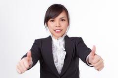 Cara asiática do sorriso da mulher com polegares acima fotografia de stock