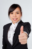 Cara asiática do sorriso da mulher com polegares acima foto de stock royalty free