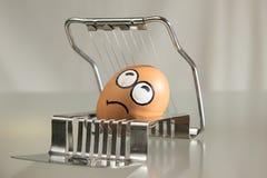 Cara asustada del huevo en el cortador Foto de archivo