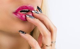 Cara bonita da mulher com batom vermelho nos bordos 'sexy' completos gordos Close up da boca do ` s da menina com composição prof fotografia de stock