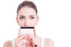 Cara bonita da mulher com a boca coberta pelo cartão de crédito do crédito Foto de Stock Royalty Free