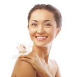 Cara bonita da mulher com flor da orquídea imagens de stock