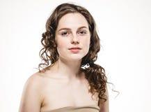 Cara bonita da mulher com o estúdio encaracolado do cabelo do voo no branco fotografia de stock