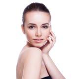 Cara bonita da mulher de sorriso bonita - levantando no estúdio isolado no branco Fotografia de Stock Royalty Free