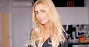 Cara bonita de la mujer joven con el pelo ondulado rubio largo Imágenes de archivo libres de regalías