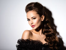 Cara bonita de uma mulher 'sexy' nova no vestido preto Foto de Stock