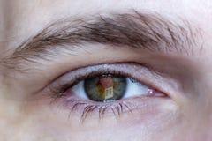 A cara branca de um homem, a casa é refletida no olho Fotos de Stock Royalty Free