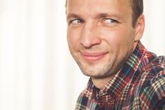 Cara caucásica adulta joven sonriente del hombre Fotos de archivo libres de regalías