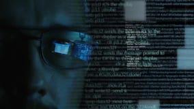 Cara caucasiano do homem com código de software - hcker ou programador filme