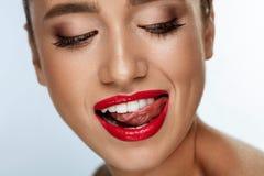 Cara com sorriso branco perfeito, bordos vermelhos da mulher da forma da beleza foto de stock
