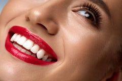 Cara com sorriso branco perfeito, bordos vermelhos da mulher da forma da beleza foto de stock royalty free