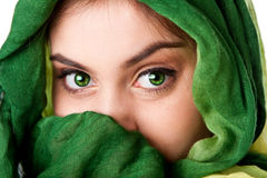 Cara con los ojos verdes y la bufanda Fotos de archivo libres de regalías