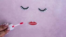 Cara criativa da mulher feita das pestanas, e dos bordos Conceito mínimo da beleza Fundo cor-de-rosa, plano da forma bandeira foto de stock