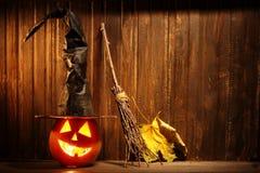 Cara da abóbora de Dia das Bruxas das lanternas de Jack o no fundo de madeira Fotografia de Stock