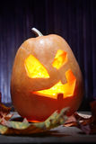 Cara da abóbora de Dia das Bruxas das lanternas de Jack o no fundo de madeira Fotografia de Stock Royalty Free
