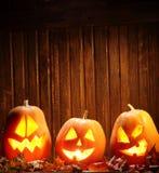 Cara da abóbora de Dia das Bruxas das lanternas de Jack o no fundo de madeira Imagem de Stock