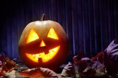 Cara da abóbora de Dia das Bruxas das lanternas de Jack o no fundo de madeira Imagem de Stock Royalty Free
