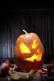 Cara da abóbora de Dia das Bruxas das lanternas de Jack o no fundo de madeira Imagens de Stock Royalty Free