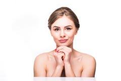Cara da beleza da menina alegre bonita do adolescente que aprecia com a pele saudável limpa isolada no fundo branco Fotos de Stock
