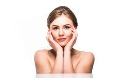 Cara da beleza da menina alegre bonita do adolescente que aprecia com a pele saudável limpa isolada no fundo branco Fotos de Stock Royalty Free