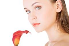 Cara da beleza da mulher bonita nova com flor. fotografia de stock