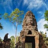 Cara da Buda na porta da entrada do templo de Ta Prohm Complexo de Angkor Wat Fotos de Stock Royalty Free