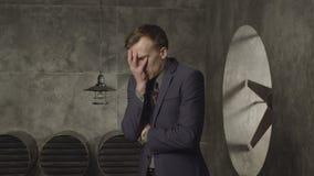 Cara da coberta do homem de negócios com mão no desespero filme