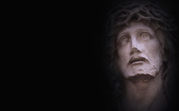 Cara da coroa de Jesus Christ de espinhos contra o st escuro do fundo fotografia de stock