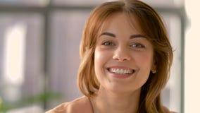 Cara da jovem mulher de sorriso feliz filme