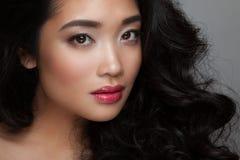 Cara da jovem mulher do close up com pele limpa, bordos cor-de-rosa fotos de stock royalty free