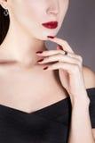 Cara da jovem mulher a mulher com vara fotos de stock royalty free