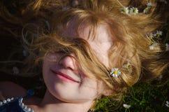 Cara da menina com o retrato longo do cabelo louro fotos de stock royalty free