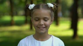 Cara da moça que muda na mulher adulta, transience da vida, processo de envelhecimento vídeos de arquivo