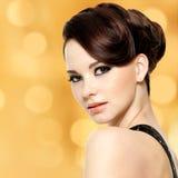 Cara da mulher bonita com penteado da fôrma e makeu do encanto Imagens de Stock Royalty Free