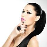 Cara da mulher bonita com pregos pretos e os bordos cor-de-rosa Foto de Stock